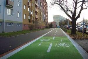 Prvá časť cyklotrasy vedie od Podzámskej ulice po železničnú stanicu.