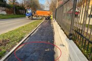 Firma odmieta, že by nečistoty pod penetračnou vrstvou ovplyvnili kvalitu a životnosť chodníka.