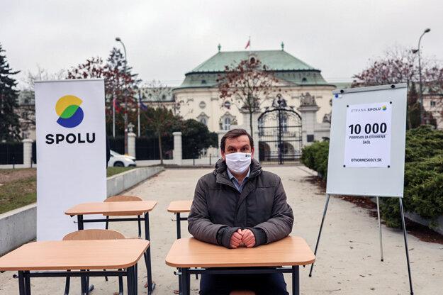 Predseda strany Spolu Juraj Hipš počas tlačovej konferencie pred Úradom vlády, na ktorej symbolicky zložil stoličky z lavíc v rámci výzvy vláde, aby čo najskôr otvorila školy.
