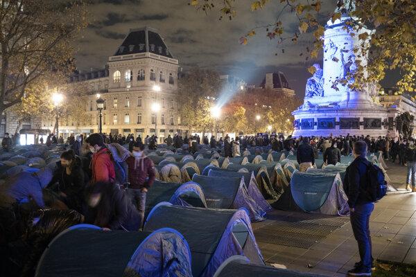 Dočasný tábor v centre Paríža polícia zničila v pondelok.