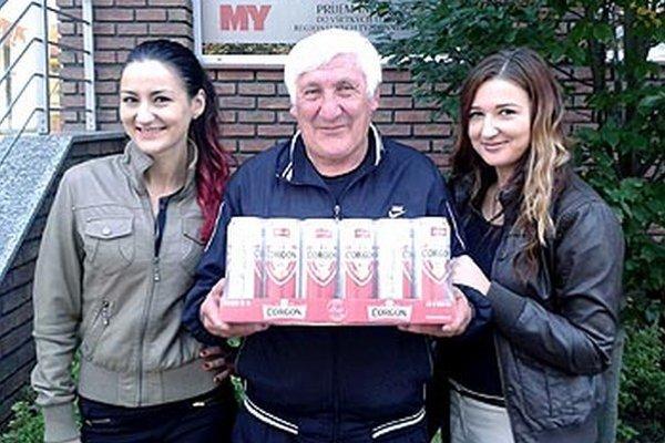 Víťaz 9. kola Alojz Jenis zo Žitavian si z redakcie odniesol kartón piva Corgoň. Spoločnosť mu robili netere Alenka a Ľubica.