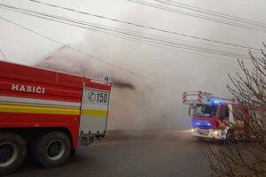 Požiar strechy kultúrneho domu v Holiši.