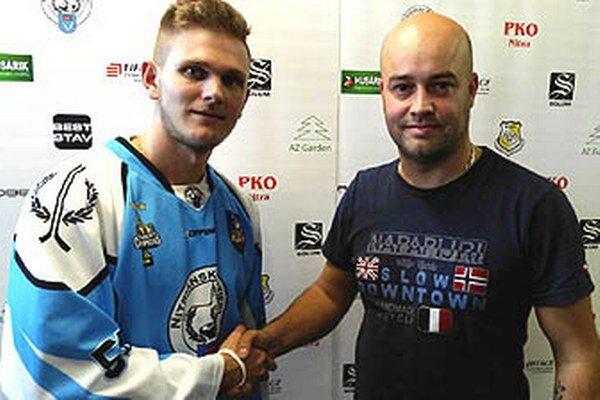Manažér hokejbalistov HbK Nitrianski rytieri Stanislav Petrík (vpravo) predstavuje novú posilu - Martina Kollára z Martina.