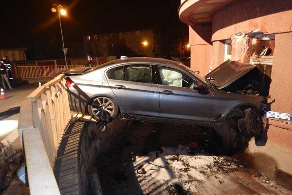 Auto prerazilo plot a skončilo v dome.