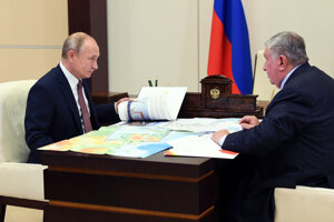 Šéf koncernu Rosnefť Igor Sečin ukazuje Vladimirovi Putinovi plány na ropné projekty za miliardy eur.