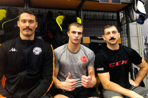 Košickí hokejisti podporili kampaň Movember. Zľava Žiga Pavlin, Martin Pospíšil a Radek Deyl.