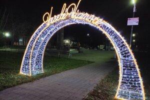 Svetelná vianočná brána v Poltári.