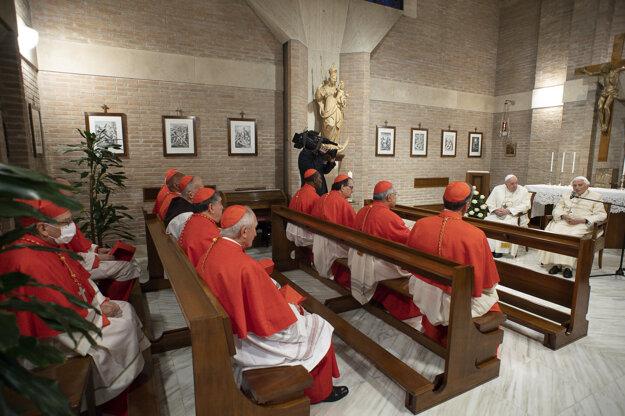 Pápež František, emeritný pápež Benedikt XVI. a novovymenovaní kardináli.