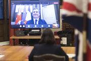Britská ministerka vnútra Priti Patelová a jej francúzsky kolega Gerald Darmanin sa dohodli na prítomnosti polície v Lamanšskom prielive.