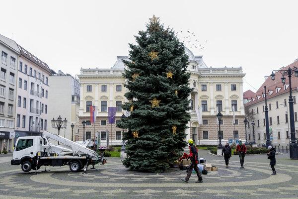 Zdobenie vianočného stromčeka na Hviezdoslavovom námestí v Bratislave 27. novembra 2020.