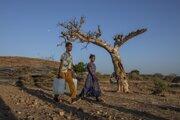 Konflikt v Etiópii spôsobí inú krízu: utečeneckú. Na snímke muž a žena, ktorý z regiónu Tigraj utiekli do Sudánu.