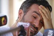 Leopoldo Luque odpovedá vo svojom dome na otázky novinárov.