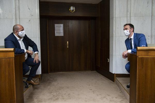 Poslanci NR SR vľavo Peter Pčolinský (Sme rodina) a vpravo Michal Šipoš (OĽaNO).