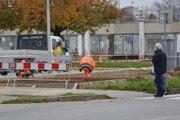 Medzi autobusovou stanicou aNovou poliklinikou sa upravuje trávnatá plocha pri parkovisku. Mesto Topoľčany na tomto mieste vsúčasnosti realizuje prístrešok pre bicykle vrámci projektu budovania cyklotrasy.