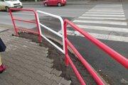 Polemiku vyvolalo zábradlie, ktoré blokuje vstup na priechod pre chodcov.