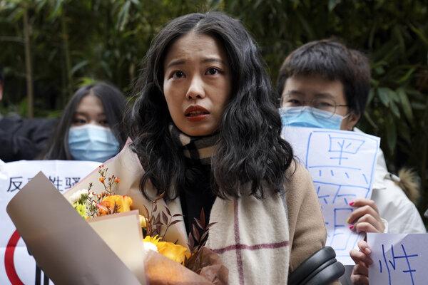 Čou Siao-süan Pred budovou okresného súdu v Pekingu.