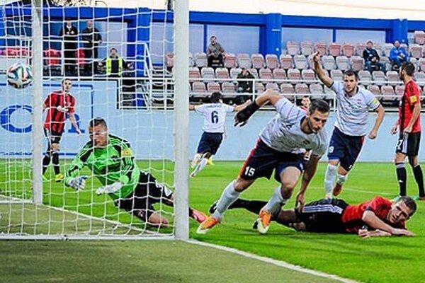 Miloš Nikolič takto pridal poisťovací druhý gól pri víťazstve Zlatých Moraviec nad Trnavou 2:1.