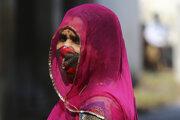 Žena s ochranným rúškom na tvári v indickom meste Hyderabad - ilustračná fotografia.