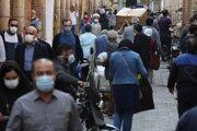 Ľudia s ochrannými rúškami na ulici v iránskom Teheráne.