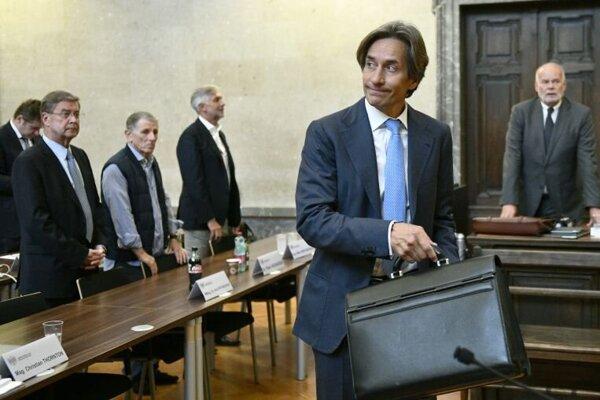 Bývalý rakúsky minister financií Karl Heinz Grasser prichádza na súdne pojednávanie vo Viedni 19. septembra 2018.