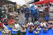 Trhom dominujú výrobky na vianočný stôl.