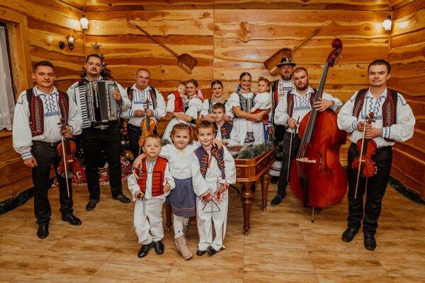 Maradaš Škvarlovci v rozšírenej zostave počas nahrávania videoklipu.