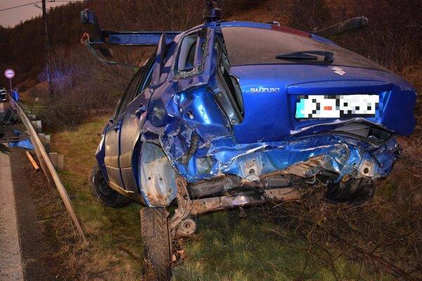 Zničené auto po nehode.