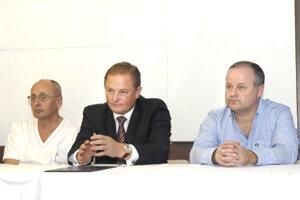 Odvolaný primár Róbert Sabovčík (vpravo) s bývalým riaditeľom košickej nemocnice Ladislavom Rosochom (v strede).