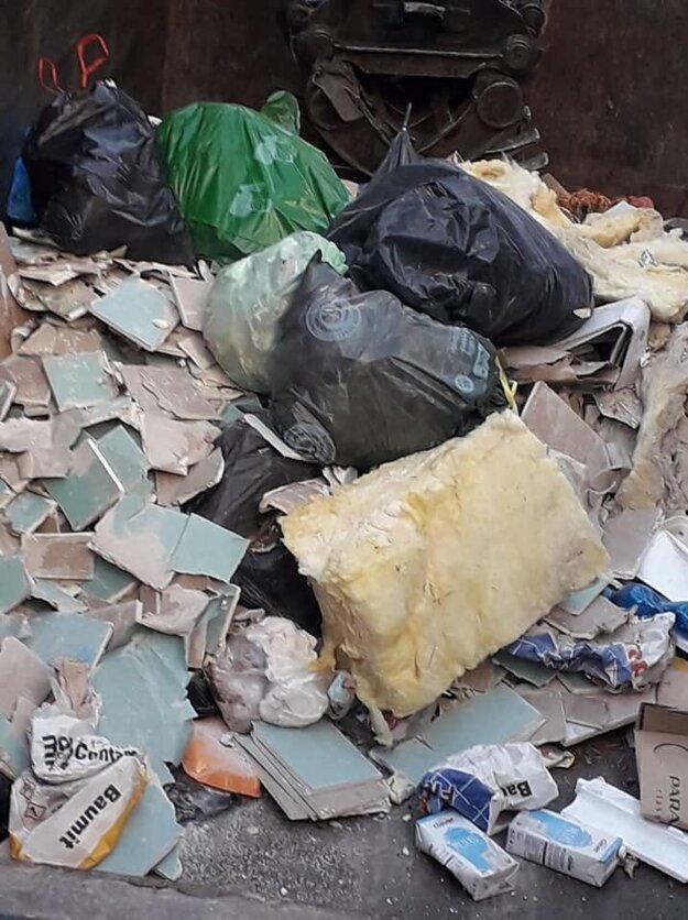 Stavebný odpad skončil v smetných nádobách na komunálny odpad.