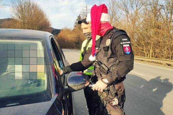 Polícia bola na cestách aj na Mikuláša. Zodpovední vodiči dostali odmenu.