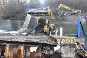 Ruiny bývalého mosta mali byť podľa starostu Veľkej Lodiny Jána Lukáča už preč.