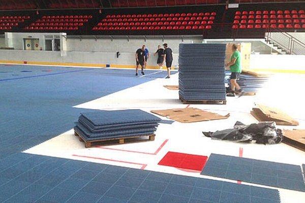V hale na Klokočine dnes položili špeciálny povrch pre hokejbal.