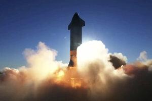 Starship od SpaceX pri štarte.