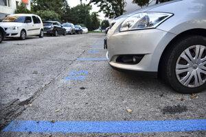Vyznačené vyhradené parkovacie miesta v Petržalke.