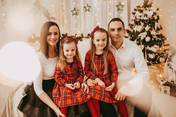 Futbaloví rozhodcovia Zuzana a Igor Valentovci trochu inak, ako ich poznáme z ihrísk. Na vianočnej fotografii s dcérkami Viktóriou a Zarou.