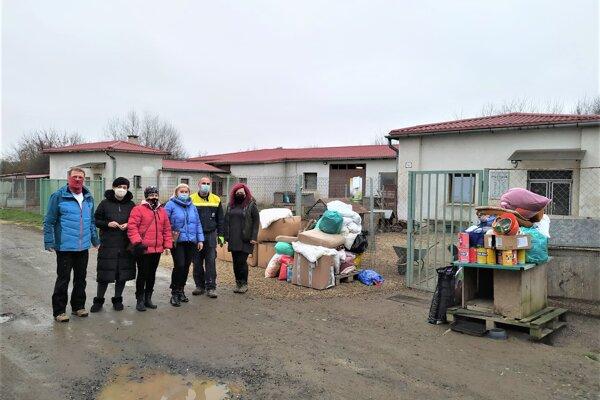 Zvieratá v lučeneckom útulku dostali od darcov nielen krmivo.