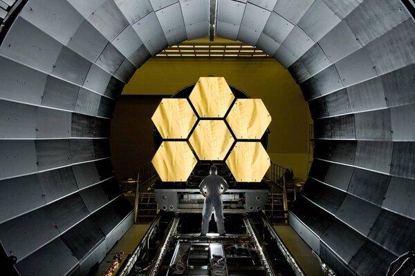 Vedec kontroluje šesť primárnych zrkadiel teleskopu Jamesa Webba pred testovaním v roku 2017.