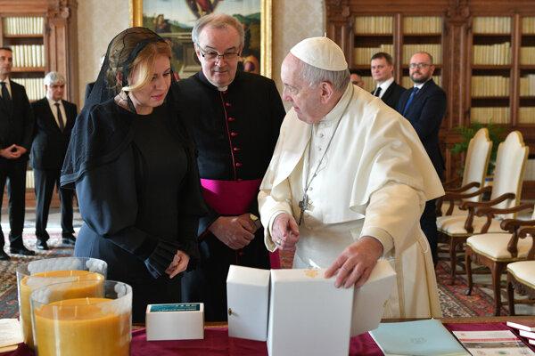 Prezidentka SR Zuzana Čaputová počas osobnej audiencie u Svätého otca. Medzi darmi, ktoré mu priniesla, boli aj sviečky (na foto vľavo dole), ktoré vyrobili v sociálnej dielni Voštinári v Utekáči.