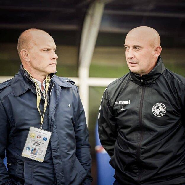 Tréner Anton Šoltis (vľavo) s asistentom Ivanom Lapšanským (vpravo)
