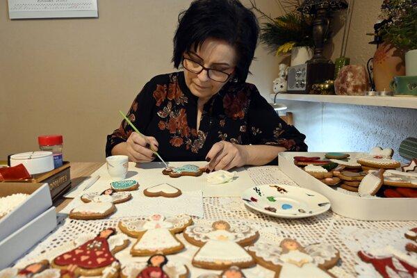 Marianna Chvastová z Michaloviec vytvára medovníky už skoro dvadsať rokov. Jej špecialitou sú anjeliky, ktoré zdobí do rôznych podôb.