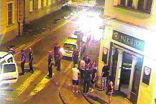Incident pred podnikom zaznamenala mestská kamera.