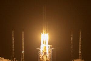 Štart rakety nesúcej bezposádkovú sondu Čchang-e 5 z kozmodrómu Wen-čchang v juhočínskej provincii Chaj-nan.