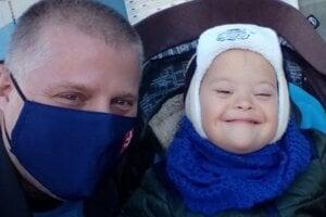 Nerozlučná dvojica sa statočne pasuje s nevľúdnym osudom. Vladimír Iždinský a jeho synček Martinko.