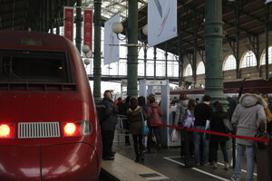 Na archívnej snímke z 20. decembra 2015 cestujúci prechádzajú cez detektor kovov na železničnej stanici Grare du Nord (Severná stanica) v Paríži.