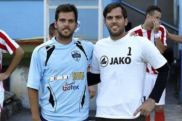 Po desiatich rokoch nastúpili proti sebe bratia Kostolániovci - vľavo Marek (FC Nitra), vpravo brankár Peter (Palárikovo)