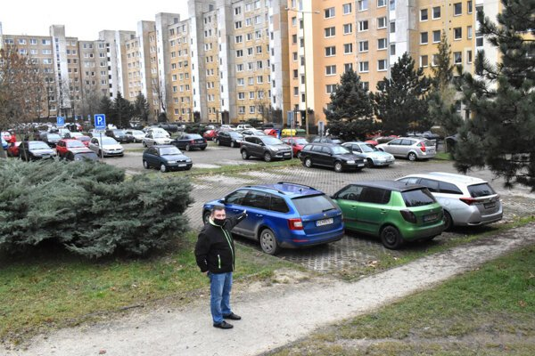 Táto časť parkoviska už miestnym obyvateľom slúžiť nebude. Developer žiada odstrániť aj zatrávňovaciu dlažbu.