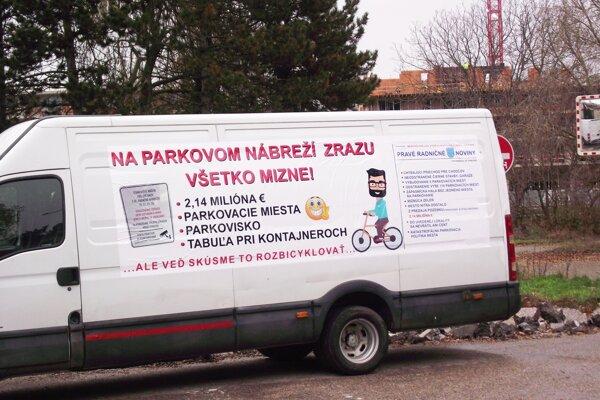 Na dodávke sa píše aj o problémoch s parkovaním.