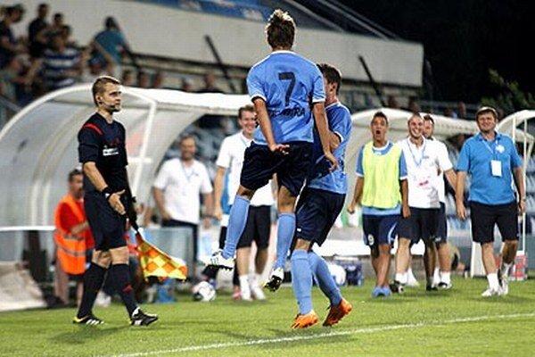 Radosť Matúša Pauknera pred nitrianskou lavičkou po strelení druhého gólu v zápase s Dubnicou.