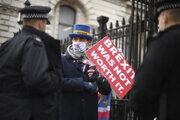Neoplatilo sa to, odkazoval vo štvrtok aktivista pred sídlom britského premiéra.