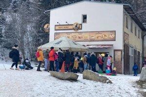 Pred bufetmi na Štrbskom plese sa hromaždili ľudia.